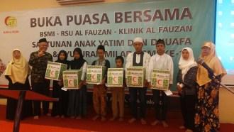 Buka Puasa Bersama dan pemberian santunan kepada anak yatim dan dhuafa Ruang Seminar Mesjid At Tiin, TMII, Jakarta, Sabtu (6/7/2016).  (BSMI)