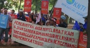 Demo nelayan tolak reklamasi Teluk Jakarta, di depan PTUN Jakarta Timur, Selasa, 31 Mei 2016. (VIVA.co.id)