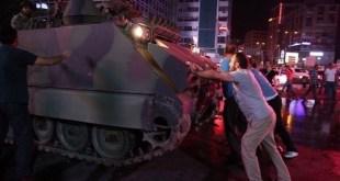 (Foto) Rakyat Turki Berhadapan Dengan Tank-Tank Militer Pro Kudeta
