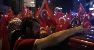 Rakyat Turki turun ke jalan beri dukungan kepada Erdogan. (islammemo.cc)