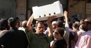 Warga sipil di Aleppo mengambil jatah bantuan kemanusiaan. (islammemo.cc)