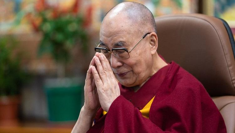 Su Santidad el Dalái Lama reflexionando sobre los ancianos y los profesionales de la salud que los atienden durante su conversación virtual con Eugenio Derbez desde su residencia en Dharamsala, HP, India, el 22 de septiembre de 2020. Foto de Tenzin Phuntsok