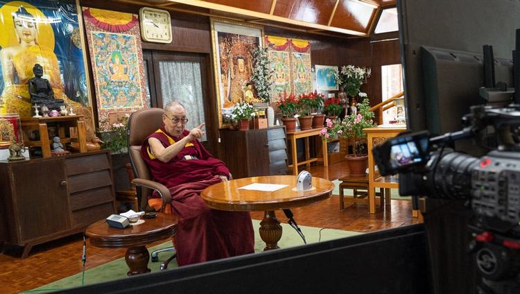 Su Santidad el Dalái Lama acompañando a Eugenio Derbez en una conversación virtual sobre Felicidad, Humor y Compasión por videoconferencia desde su residencia en Dharamsala, HP, India, el 22 de septiembre de 2020. Foto de Ven Tenzin Jamphel