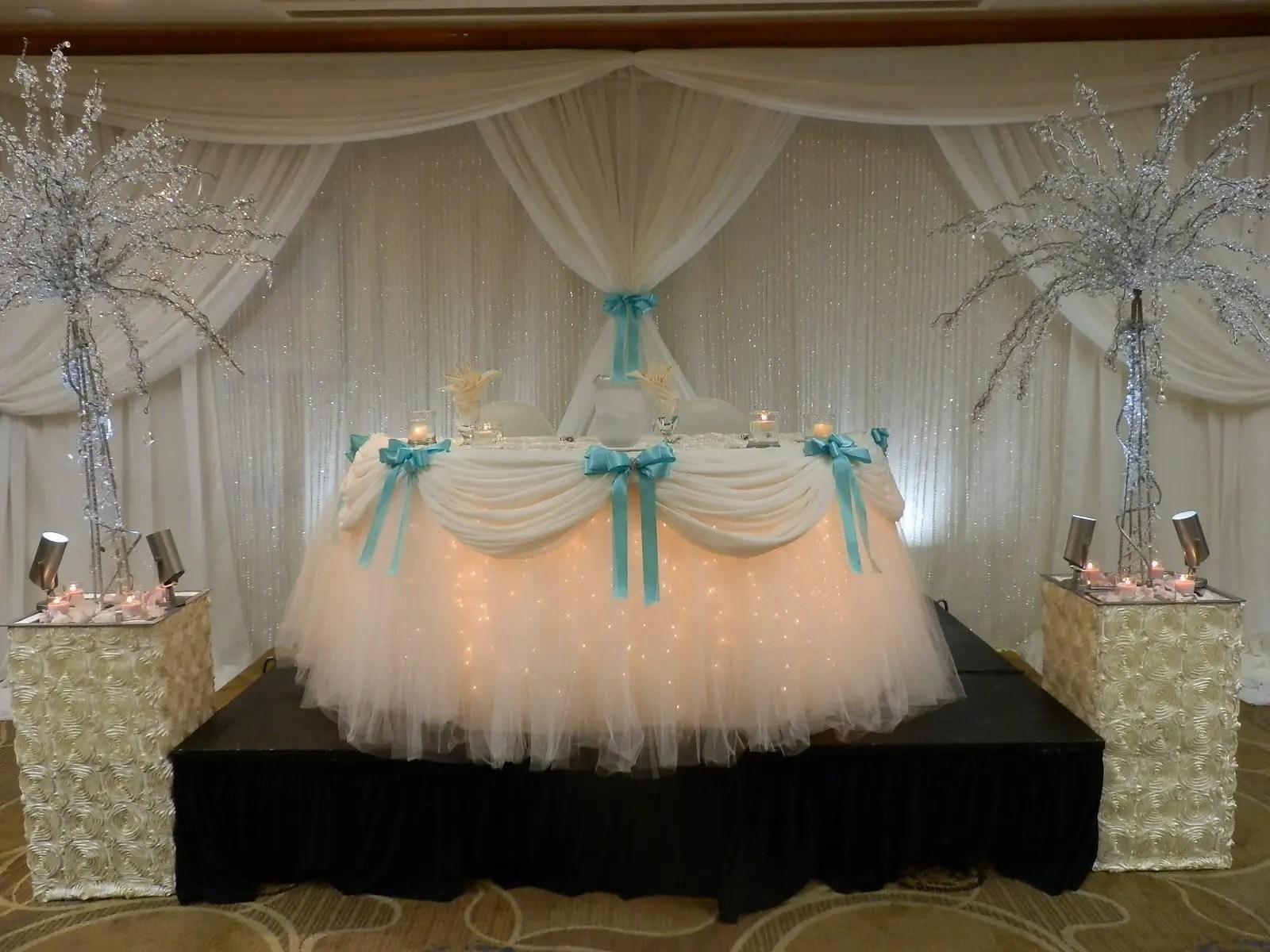 Mesa adornada con luces ideal para cualquier tipo de - Fotos de mesas decoradas ...