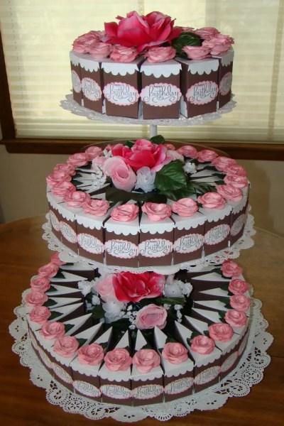 pastel con cajas de rebanadas