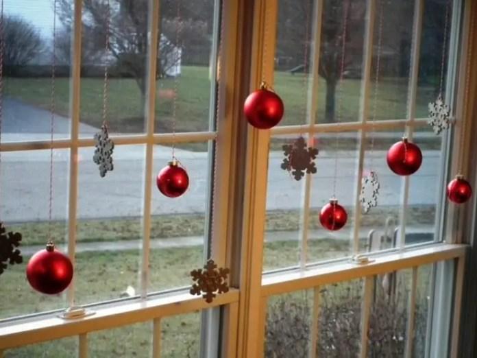 decora-tus-ventanas-en-navidad-con-esferas