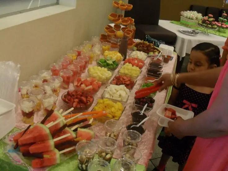 Puedes Acompañar Las Frutas Con Yogurt O Helado, Mismo Que Puedes Colocar  En Recipientes Sobre El Buffet Para Que Cada Invitado Se Sirva A Su Gusto.