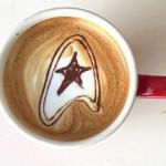 Eine Kaffeetasse, deren Schaum das Star Trek-Logo zeigt