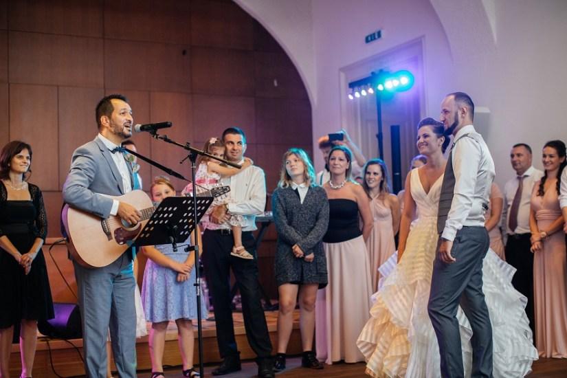 Ceremóniamester feladatai: egy jópofa dallal kibővítve Ramona és Olivér esküvőjén