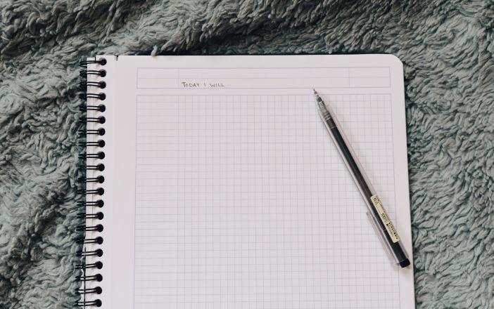 prázdny list zápisníka a pero