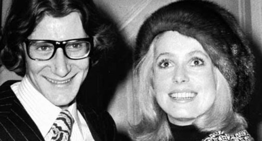 Yves Saint Laurent con la sua musa Catherine Deneuve nel 1965