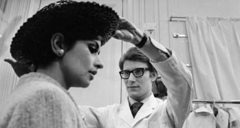1965: Yves Saint Laurent lavora alla sua collezione