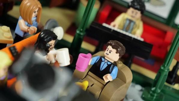 Chandler i w tle Ross grający na keyboardzie