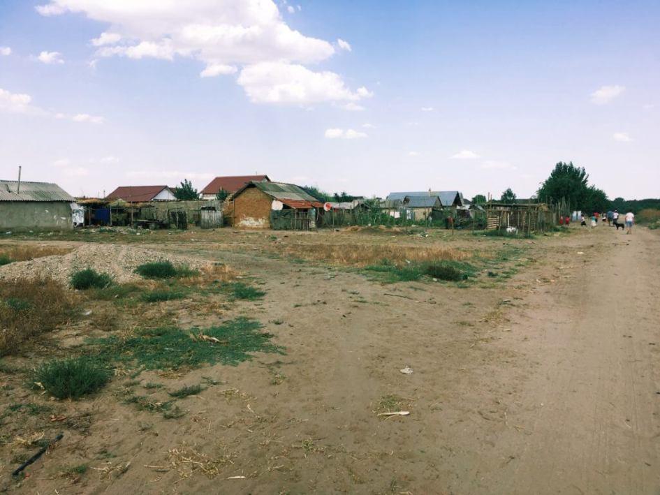 La marginea satului