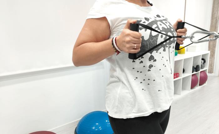 Chica en una sesión de entrenamiento personal dentro de su plan de actividad física, nutrición e hipopresivos