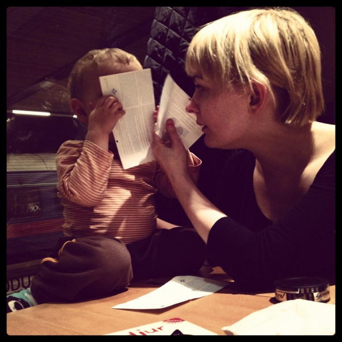 Tage och Johanna leker under en av nattågsfärderna mot Kiruna.