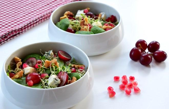 Salat med druer granateple og gorgonzolaost