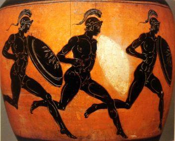 Anfora panatenaica della serie di Nikomachos (particolare), Opliti in corsa, da Bengasi, 323-322 a.C., Parigi, Louvre.
