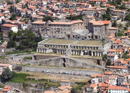 Santuario della Fortuna Primigenia a Palestrina con Palazzo Barberini sullo sfondo