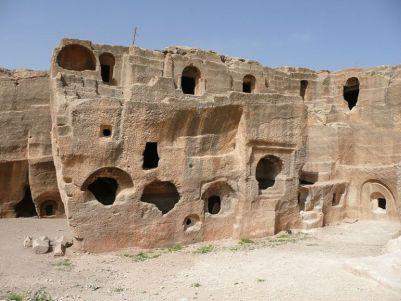 Abitazioni tagliate nella roccia a Dara. Foto Wikimedia