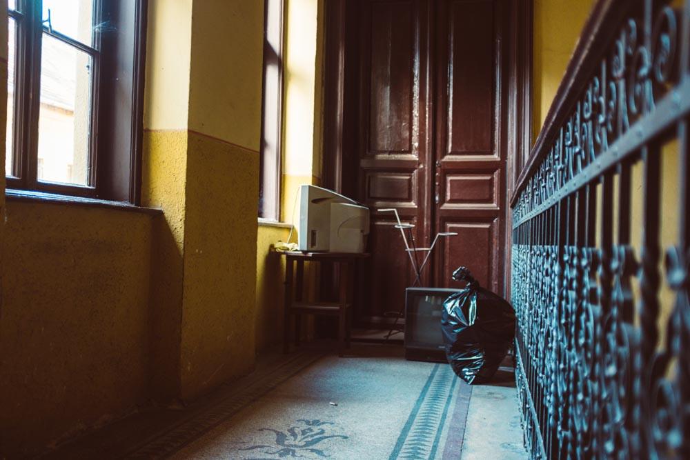 Budapest_HallwayLitter