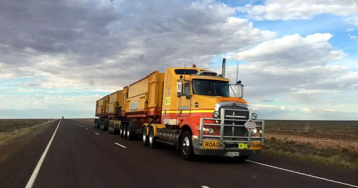 Caminhão amarelo e vermelhona estrada