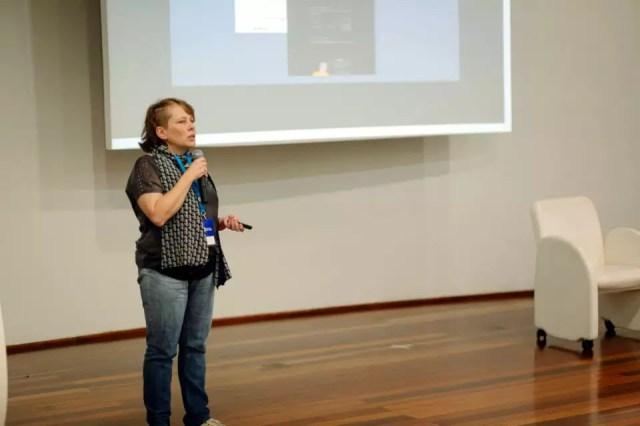 Sheila Gomes palestrando no WordCamp Porto Alegre 2017