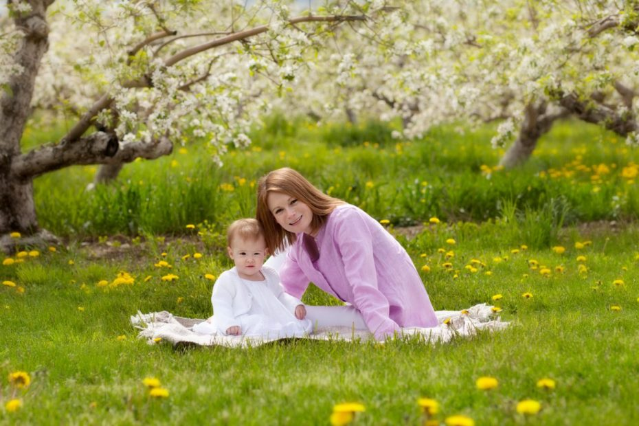 Spring mini sessions - mom on grass of apple orchard with daughter - www.daniellebustamante.com - #springminisessions #nhspringminisession
