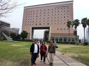 Berfoto di Depan hotel Navios Yokohama