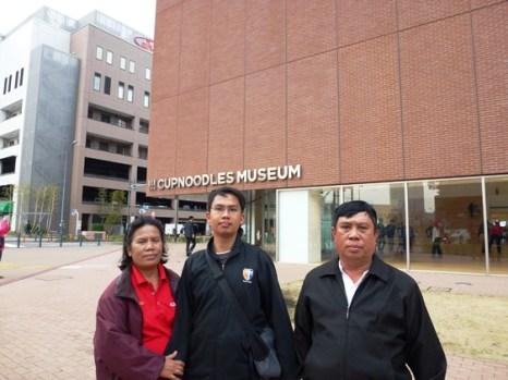 Berfoto di depan Cup Noodle Museum