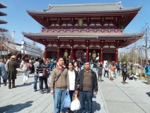 Di depan Kuil Sensoji Asakusa