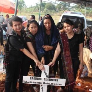 Mamatua, Kak Lina, Kak Henny, dan Cynthia di depan Makam Bapatua