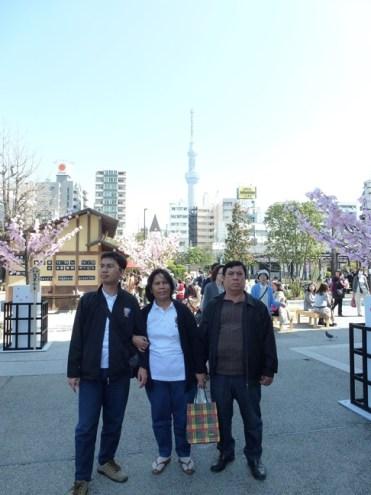 Berfoto dengan latar belakang Tokyo Sky Tree
