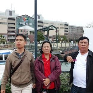 Berfoto di depan Yokohama World Porter