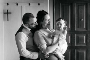 Famiglia che si abbraccia felice