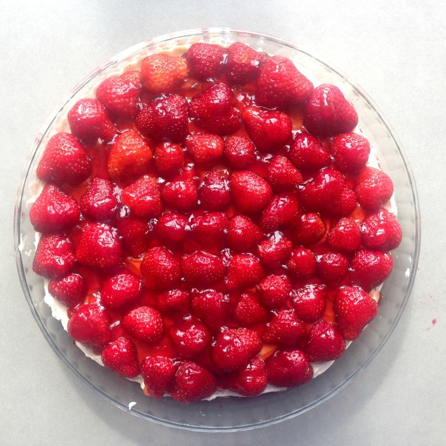 Jordbærkage af friske røde bær