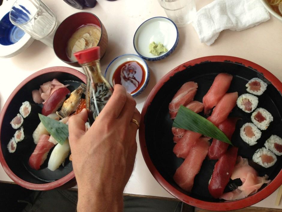 Frisk sushi ved Tsukiji fiskemarked