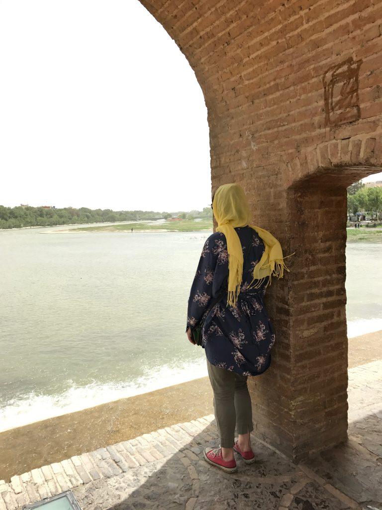 Ser ud over floden i en af buerne