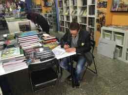 José Antonio Rubio firmando ejemplares de Little Renna en Landròmina