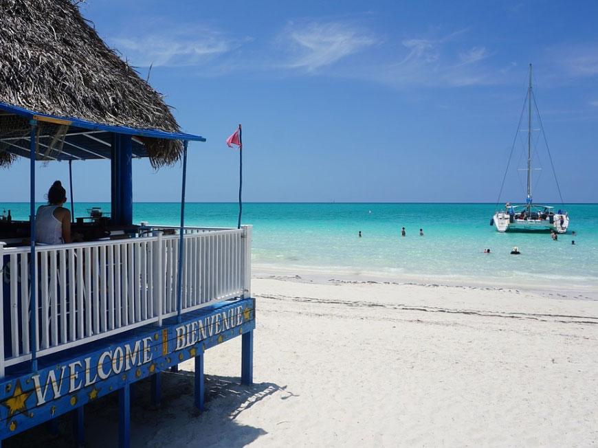 Dansacuba bar sur la plage et catamaran