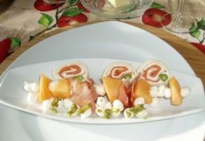 Roule au saumon et brochette procuito au melon