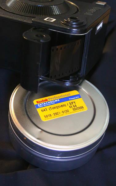 L'amorce du film sortant dans le compartiment de chargement