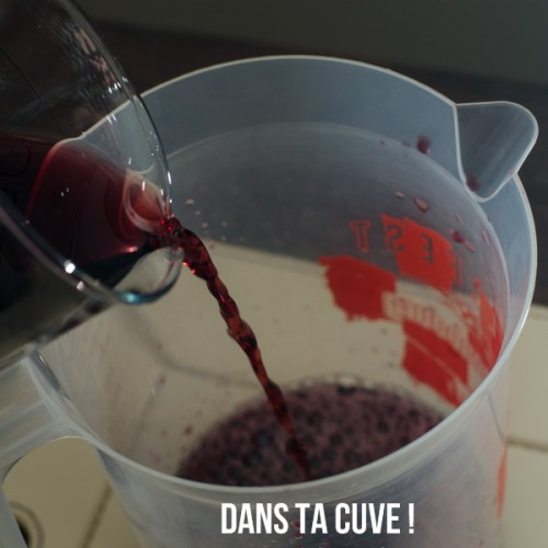 Verser le vin dans un récipient