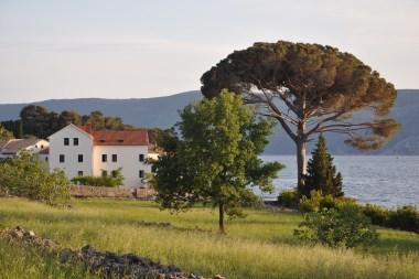 Klostergebäude mit einem See im Hintergrund in Glavostok