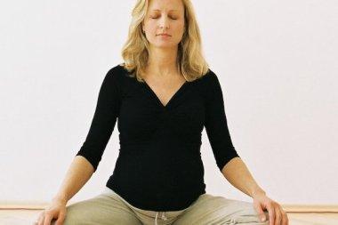 Frau meditiert im DAO Zentrum um ihre Achtsamkeit zu trainieren