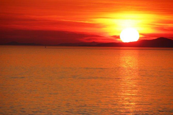 Meditation & Achtsamkeit - Offener Abend, Roter Sonnenuntergang am Meer