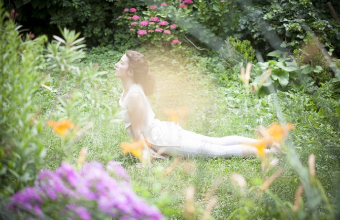 Nadja Groessing beim Yoga im Gruenen