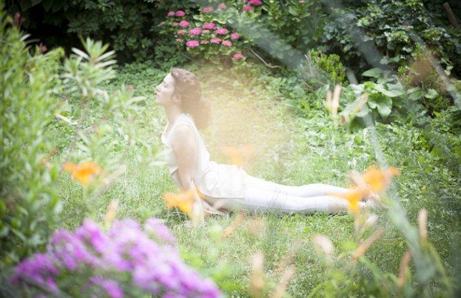 Nadja beim Yoga im Wald