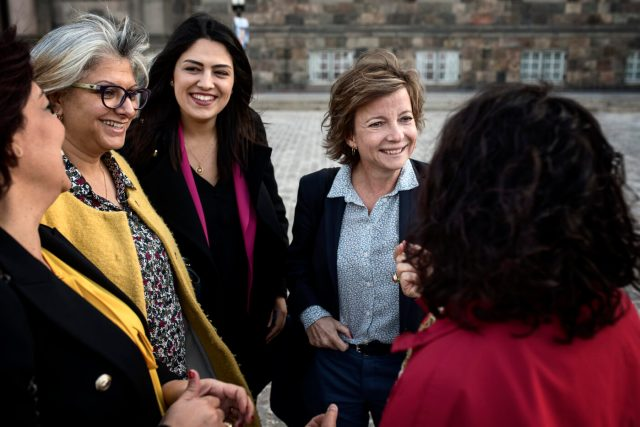 During their time following Danish politicians, Nessrine Laamari and Basma Khalfaoui were struck with the realisation that politicians in Denmark and Tunisia are concerned by many of the same challenges: the environment, retirement, social issues and security.  Photo: Simon Læssøe