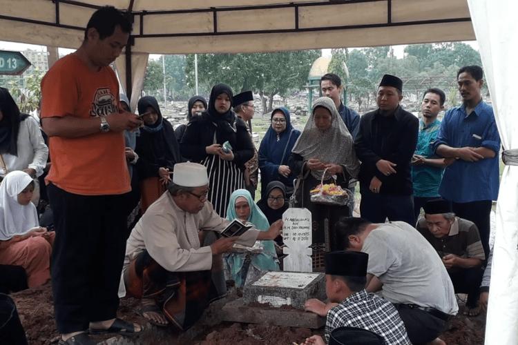 Suasana pemakaman Dufi, pria yang ditemukan tewas dalam drum di Bogor, di TPU Semper, Senin (19/11/2018).(Kompas.com)